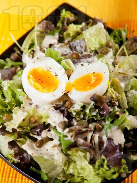 Зелена салата с айсберг, маруля, рукола, варени яйца и бял сос с хрян, кисело мляко, майонеза, каперси и мед - снимка на рецептата